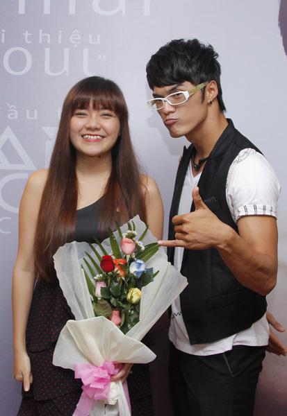 Ca sĩ Thanh Ngọc là một trong hai người trình bày ca khúc 'Cha mẹ không cho'. Đã lập gia đình nên Thanh Ngọc hát rất tình cảm.