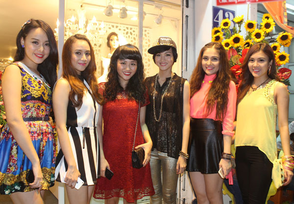 Nữ ca sĩ vừa thắng giải HTV lần thứ tám còn chụp ảnh chung với các đàn em trong nhóm nhạc TVM.
