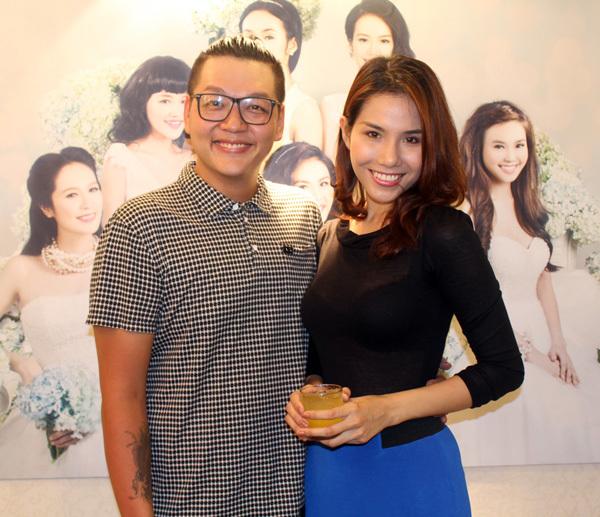 Người mẫu Khánh Phương chụp ảnh thân mật cùng nhà thiết kế Tăng Thành Công. Tăng Thành Công là gương mặt gắn bó với cuộc thi Miss Ngôi Sao của báo Ngoisao.net.