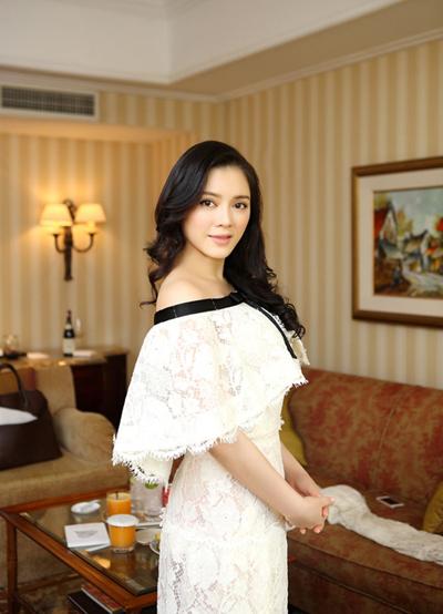 Váy ren hàng hiệu khoảng 2 tỷ đồng sẽ được cô diện trên thảm đỏ Cannes.
