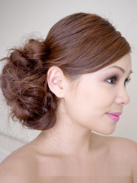 Tóc búi lệch hợp với cô dâu có khuôn mặt nhỏ, dài và cân đối.