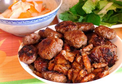 Bún chả Hà Nội nổi tiếng nhất là quán ở Hàng Mành. Ảnh: Ngonhanoi.