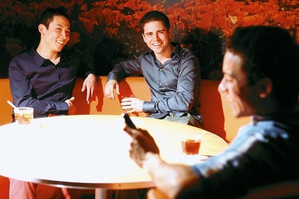 Nếu đồng tính, chàng sẽ thường xuyên đi chơi cùng đám bạn trai.