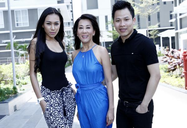 Kỳ Duyên hội ngộ ông bầu Vũ Khắc Tiệp - đại diện đơn vị tổ chức 'Đêm hội chân dài' và người mẫu Diệu Huyền tại TP HCM.