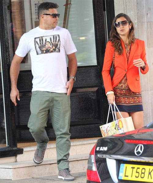 Hôm 7/5, Ronaldo và người tình Paula Morais bị bắt gặp đi mua sắm tại London.