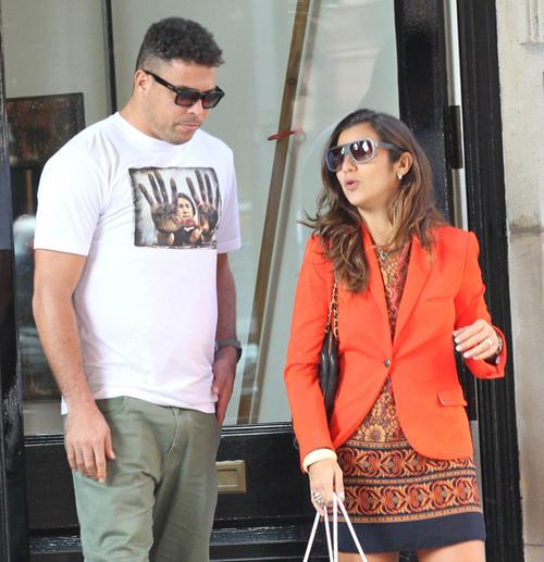 Ro Béo mặc áo sơ mi in hình trẻ trung còn bạn gái của anh diện bộ váy áo màu cam rực rỡ.