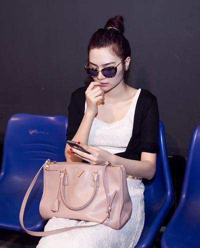 ,siêu mẫu Ngọc Oanh cũng rất thời trang trên sàn tập với cặp kính y hệt Tăng Thanh Hà và Thùy Dung