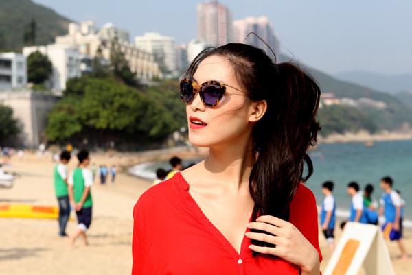 Cùng diện cặp kính giống Hà Tăng nhưng Hoa hậu Thùy Dung biến tấu