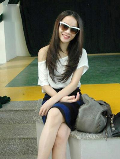 Yến Trang cũng là người có khuôn mặt thon và nhỏ, bởi vậy ngoài kính gọng vuông dễ sử dụng, chị ấy còn phù hợp với cả kính mắt mèo hay ho.