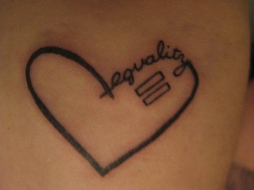 """Dấu """"="""" trong trái tim cách điệu với chữ """"equality"""" (sự bình đẳng)."""