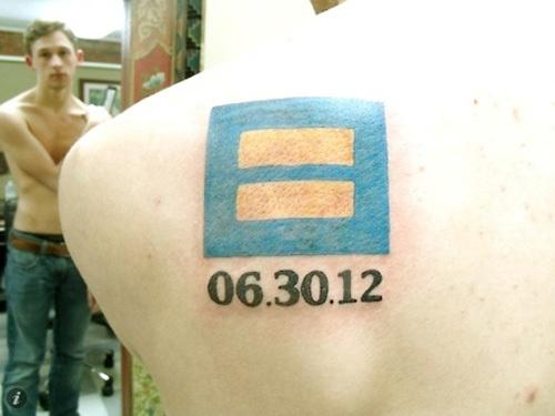 """Hình xăm biểu tượng dấu """"="""" cùng ngày chàng trai đánh dấu quyết định sống thật với chính mình."""