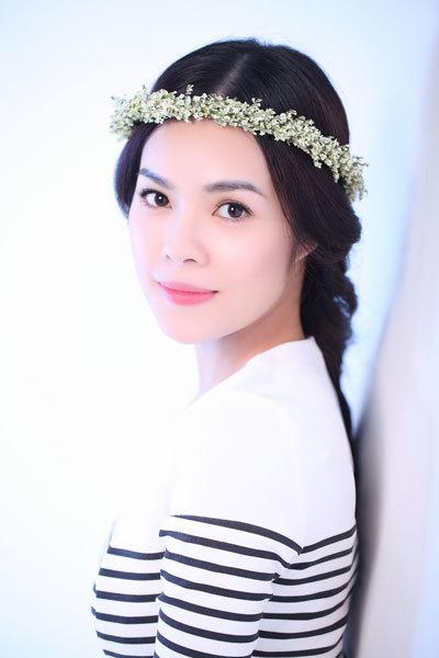 Bộ ảnh được thực hiện với sự hỗ trợ của chuyên viên trang điểm Duyên Nguyễn.