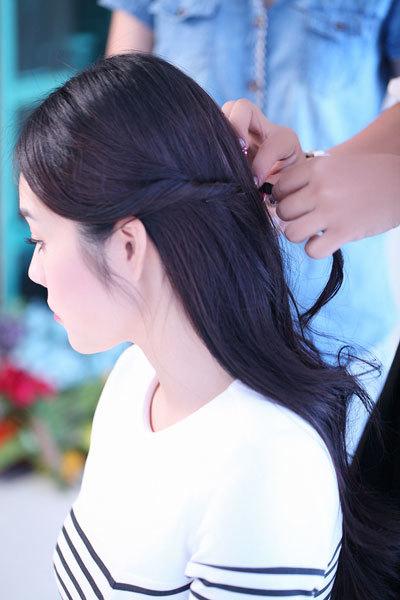 Lọn tóc bên tai phải thực hiện tương tự.