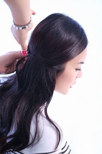 Ghim tóc sao cho khi buông tay ra, phần tóc đã xoắn không bị bung. Nên chọn loại ghim cỡ nhỏ, màu đen để không bị lộ.