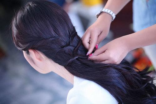 Ghim phần đuôi tóc sao cho các lọn xoắn chồng lên nhau, vừa có tạo hình đẹp, vừa dễ cố định bằng ghim nhỏ.