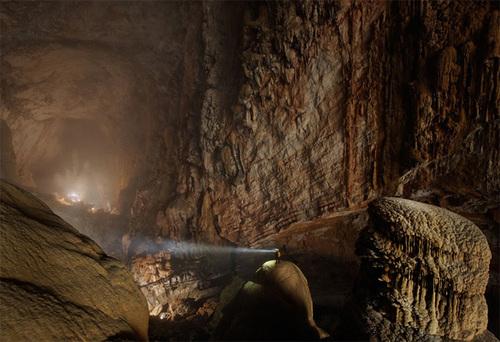 Hang Sơn Đoòng nằm ở huyện Bố Trạch, tỉnh Quảng Bình của Việt Nam nằm trong quần thể hang động Phong Nha - Kẻ Bàng. Nơi đây được công nhận là hang động tự nhiên lớn nhất thế giới. Ảnh: Carsten Peter