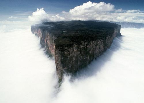 Núi Roraima là ngọn núi cao nhất trong cao nguyên Pakaraima ở Nam Mỹ và nằm trên biên giới của 3 nước Venezuela, Brazil và Guyana. Cảnh tượng nơi đây đẹp tựa như truyện cổ tích với những dãy núi luôn ngập trong mây trắng xóa. Ảnh: Uwe George