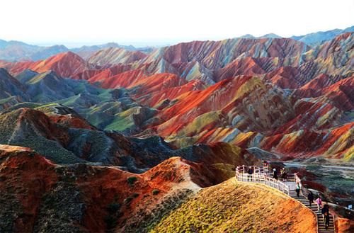 Địa mạo Đan Hà là một trong những điểm du lịch hút khách ở Trung Quốc. Nơi đây có khung cảnh thiên nhiên đặc biệt với những vách núi cao, đá cát màu và các khối sa thạch đỏ đã bị phong hóa và bào mòn bởi tự nhiên. Ảnh: unbelievableinfo.blogspot.it