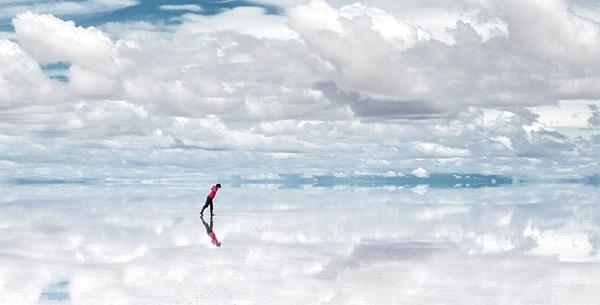 Cánh đồng muối Salar de Uyuni ở Bolivia được xem là một trong những tấm gương lớn nhất thế giới, phản chiếu toàn bộ bầu trời và khung cảnh thiên nhiên. Ảnh: dadi360