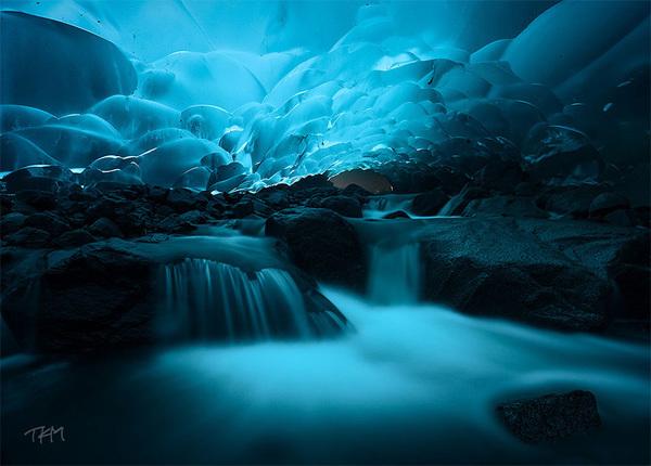 Hang động băng Mendenhall ở thung lũng Mendenhall, Alaska, nước Mỹ. Ảnh: Kent Mearig