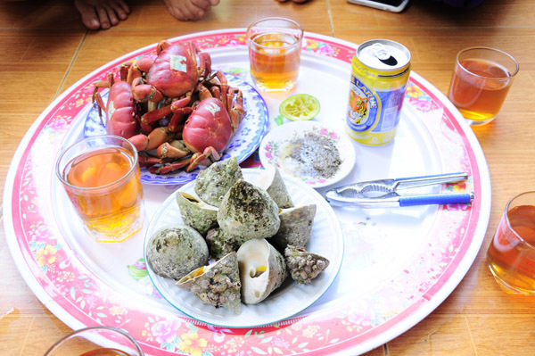 Thưởng thực vô vàn các món hải sản ngon, đặc biệt là cua đá và ốc vú nàng.