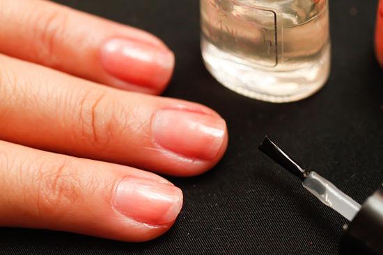 Đầu tiên, bạn vẽ một lớp sơn dưỡng màu trong để giữ cho móng trông khỏe và bền màu hơn.