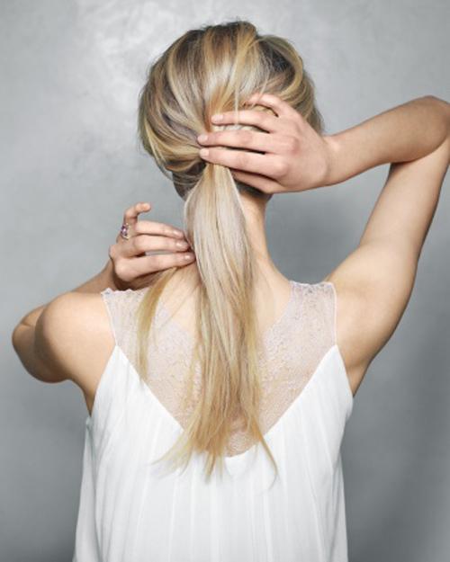 Dùng chun buộc lại theo kiểu tóc đuôi ngựa thấp phía sau gáy.