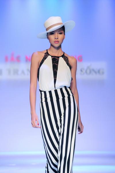 Cùng trình diễn còn có người mẫu Minh Triệu và các chân dài nổi tiếng khác.