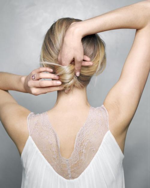 Xoắn đuôi tóc theo chiều từ trái sang, tạo thành búi tóc nhỏ phía sau và dùng cặp ghim cố định lại.