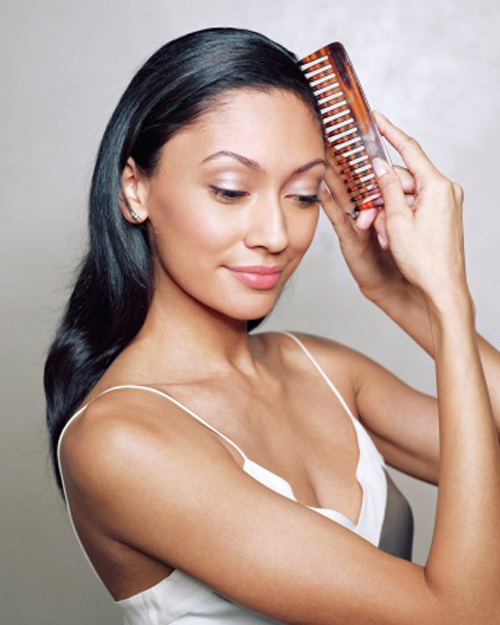Dùng lược chải mượt các lọn tóc và xẻ ngôi xéo.