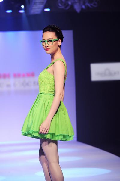 Điểm xuyến là những mẫu trang phục với sắc màu nhẹ nhàng của Pastel cũng tạo nên những bản hòa ca cho mùa hạ mới.