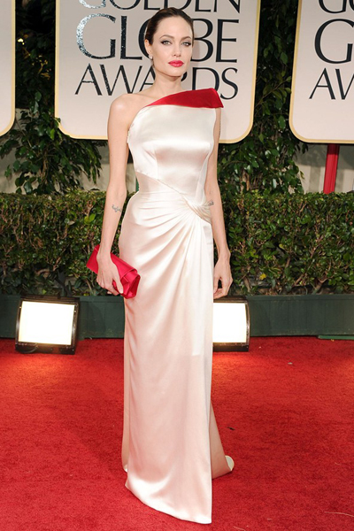 Bộ đầm lụa Atelier Versace với vạt cổ màu đỏ nổi bật là một sự lựa chọn hoàn hảo của Jolie, giúp cô tỏa sáng lộng lẫy trên thảm đỏ Lễ trao giải Quả cầu vàng.