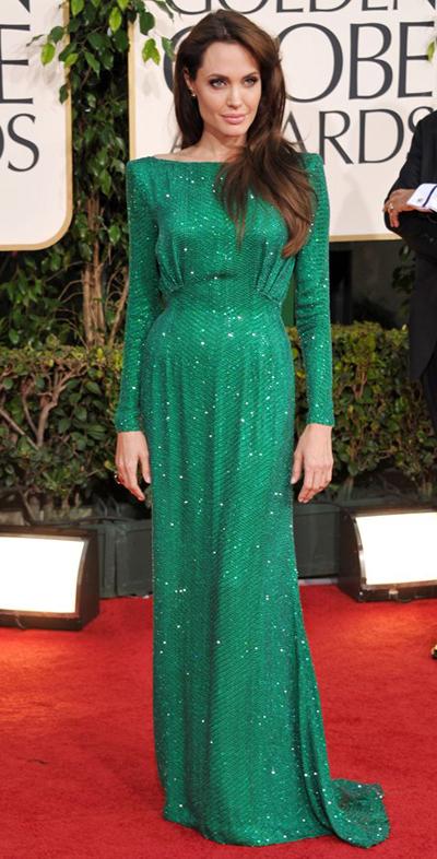 Nữ điệp viên CIA xinh đẹp của The Tourist là một trong những bộ váy đẹp nhất của Quả Cầu Vàng năm nay. Chiếc váy màu xanh lá lấp lánh của Versace này quá sức đẹp đẽ, cùng với trang sức Swarovski khiến Angelina trở thành một mỹ nữ quý phái của Quả Cầu Vàng.