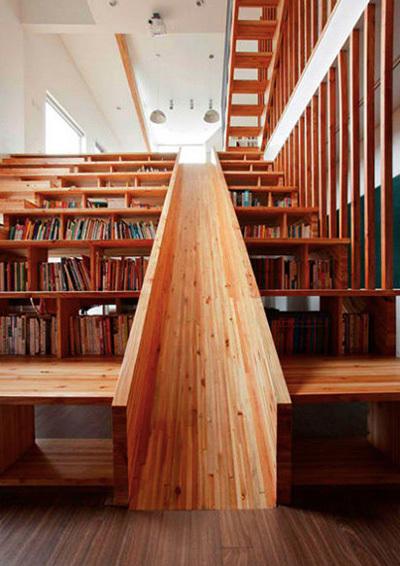 Điểm nhấn của ngôi nhà chính là ở chiếc cầu thang khổng lồ kết hợp giá sách nhiều tầng cùng một chiếc cầu trượt. Đây là không gian vui chơi lý tưởng cho trẻ nhỏ.