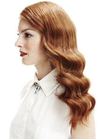 Thứ ba phong cách khi bạn chọn mái tóc uốn sóng theo kiểu thời trang của những năm 1920. Dùng máy uốn tóc tạo sóng to và chải, xịt gel đến khi sóng trở nên bóng và vào nếp.