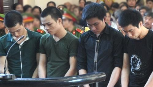 4 bị cáo hiếp dâm trẻ em tại tòa. Ảnh: Phương Việt.