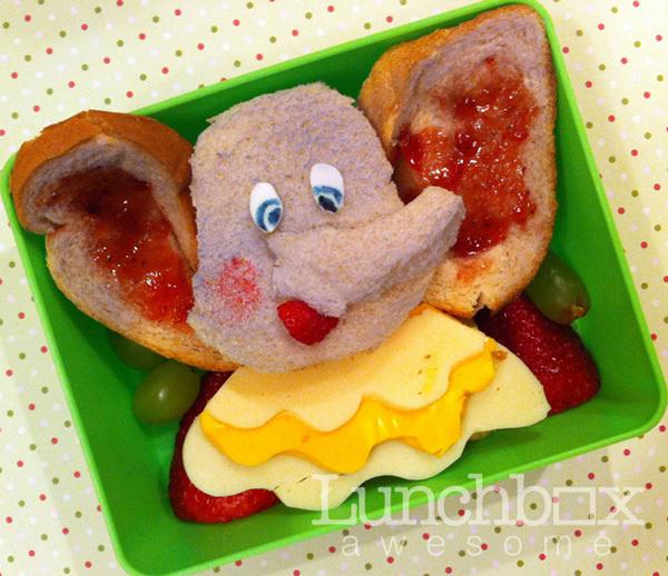 Chú voi nhỏ Dumbo từ bánh mỳ và trái cây.