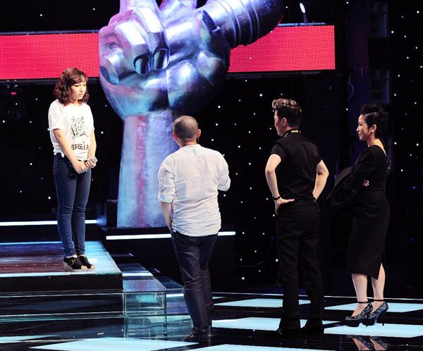 Ba huấn luyện viên lên thẳng sân khấu thuyết phục Vũ Thảo My. Ảnh: Lý Võ Phú Hưng