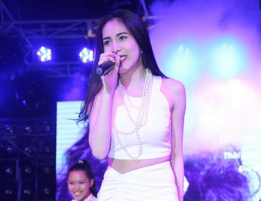 Trong buổi này, Thủy Tiên giới thiệu hai ca khúc trong single mới nhất, gồm 'Kiss me' và 'Xa mất rồi'.