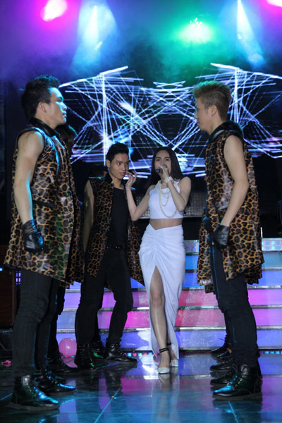 Cô dàn dựng tiết mục và mời các vũ công Bước Nhảy đến biểu diễn cùng.