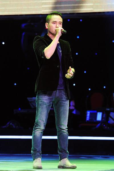 Phạm Khánh Duy là thí sinh trình diễn đầu tiên trong đêm, có lợi thế cả về giọng hát lẫn ngoại hình.