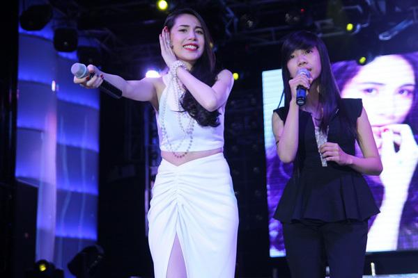 Thủy Tiên song ca với khán giả nữ bài hit 'Yêu làm chi'.