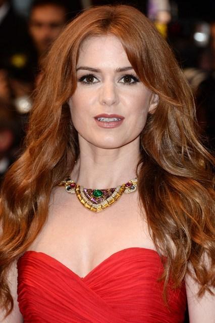 Diễn viên Isla Fisher tạo những sóng tóc bồng bềnh, nhuộm nâu đỏ để ton sur ton với chiếc váy rực rỡ. Người đẹp chọn váy và trang sức cầu kỳ, chính vì thế một mái tóc tự nhiên, đơn giản nhất sẽ làm hài hòa tổng thể.