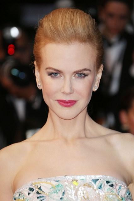 Mái tóc búi của Nicole Kidman được nhắc đến nhiều nhất tại Liên hoan phim Cannes năm nay. Phần tóc mái được bới ngược về phía sau, đánh phồng và buộc đơn giản bằng chun vòng. Trang nhã, lịch sự mà vô cùng đơn giản, làm nổi bật chiếc váy lấp lánh của Christian Dior.