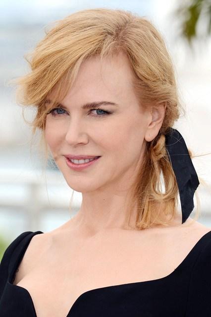 Mái tóc buộc rối bằng ruy băng kiểu đuôi ngựa nhẹ nhàng không làm Nicole Kidman nhìn xuề xòa hơn, thậm chí, nó tạo sự tương phản với chiếc váy quá kiểu cách, gợi nên nét hài hòa, dễ chịu.