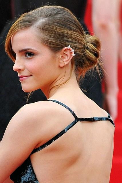 Emma Watson khéo léo khi kết hợp mái tóc búi với chiếc váy hở lưng, giúp khoe trọn vẹn nét gợi cảm. Tóc búi rối tự nhiên và thả thấp xuống sau gáy là lựa chọn cho mùa hè năm nay, phù hợp với không gian sang trọng cũng như môi trường công sở.