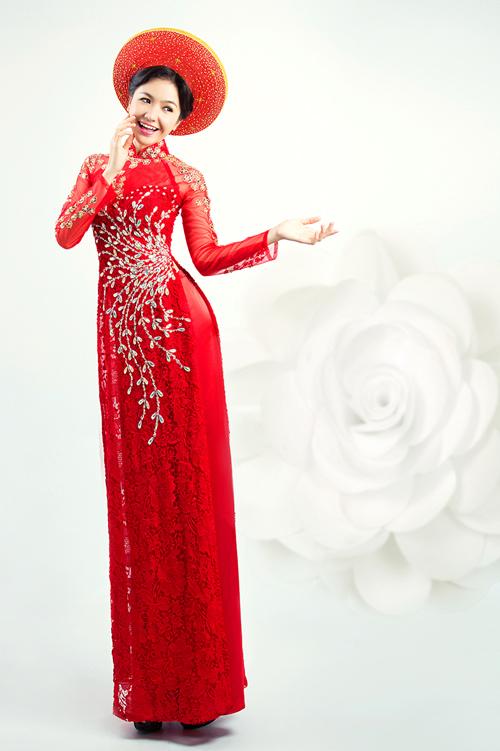 Màu sắc và họa tiết của khăn đóng nên tương đồng với thân áo để tổng thể được hài hòa.