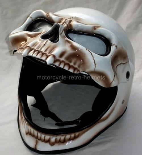 Với những người thích nổi bật giữa đám đông thì chiếc mũ bảo hiểm đầu lâu là sự lựa chọn rất thích hợp.