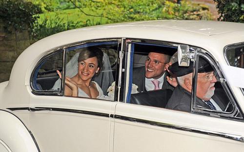 Sau nghi thức trong nhà thờ, cô dâu chú rể lên một chiếc xe cổ màu trắng tới địa điểm diễn ra tiệc cưới.