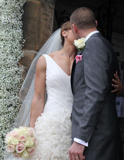 Chiều 18/5, nhà vô địch điền kinh 7 môn phối hợp của Anh kết hôn với bạn trai lâu năm Andy Hill tại nhà thờ cổ St Michael and All Angels ở vùng Derbyshire.